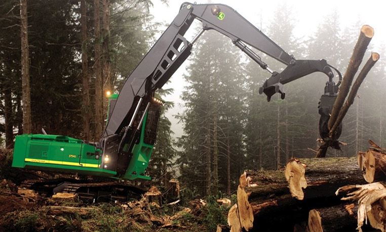 Forestry swing machine lifting logs
