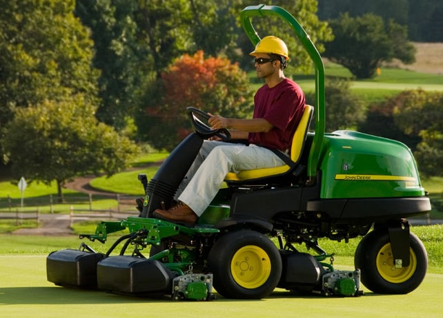 Worker uses 2500E E-Cut Hybrid Diesel to mow golf course green