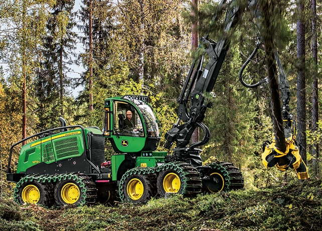 1270G 8W Wheeled Harvester at work in the forest