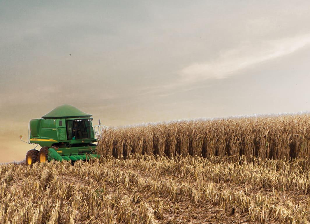 El sistema guíando con precisión a la cosechadora a través del campo.