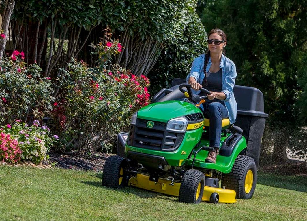 Tractor de Jardín E110 en el campo.
