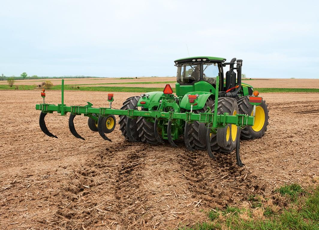 Roturador 915 en el campo con tractor John Deere.