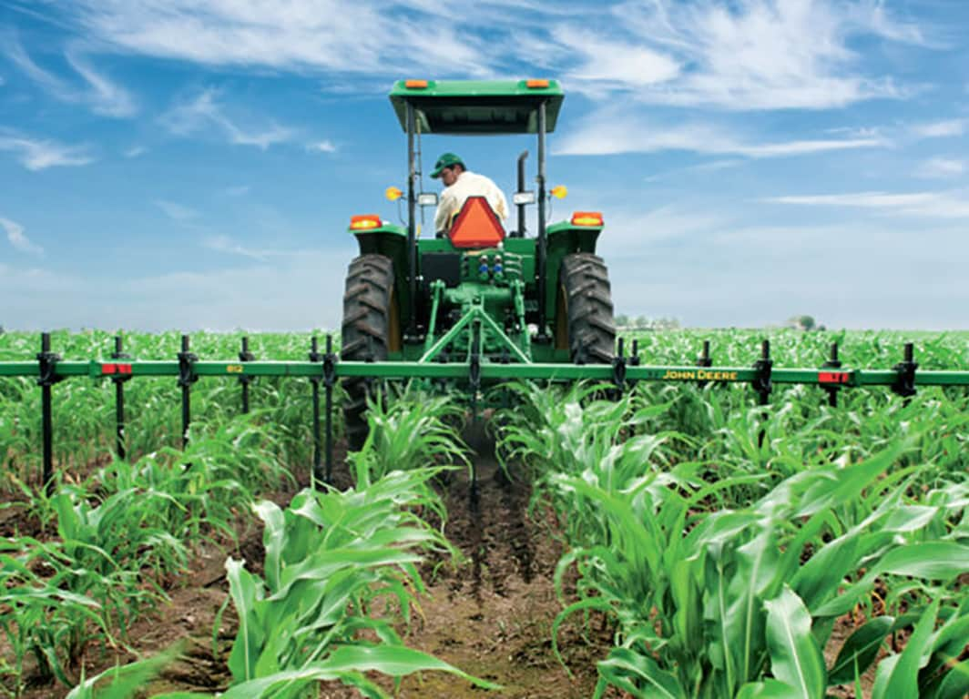 Vista trasera del tractor con Cultivador MX10.