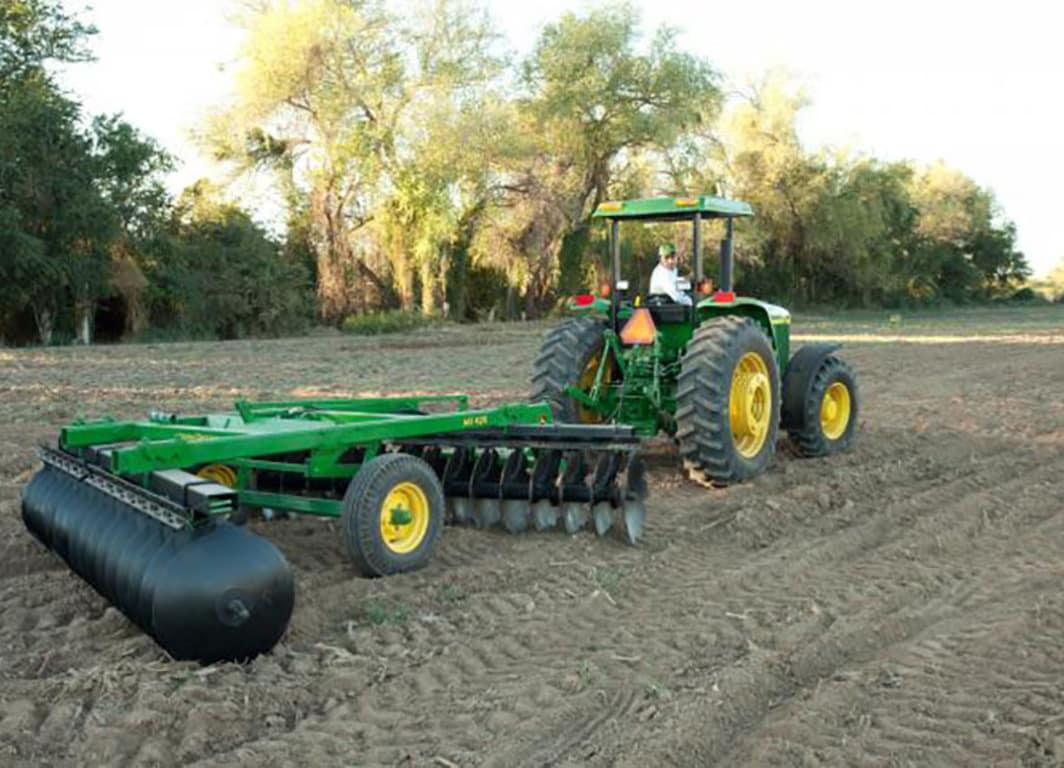 Tractor con la rastra de John Deere.