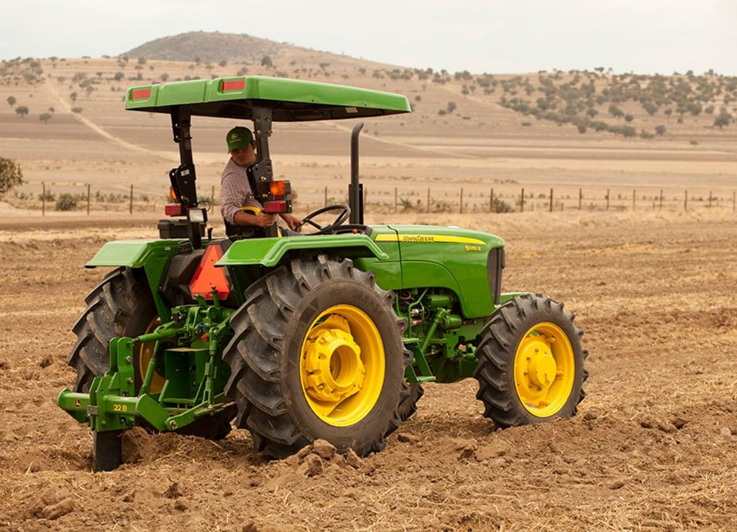 Tractor John Deere con lo Roturador 22B.
