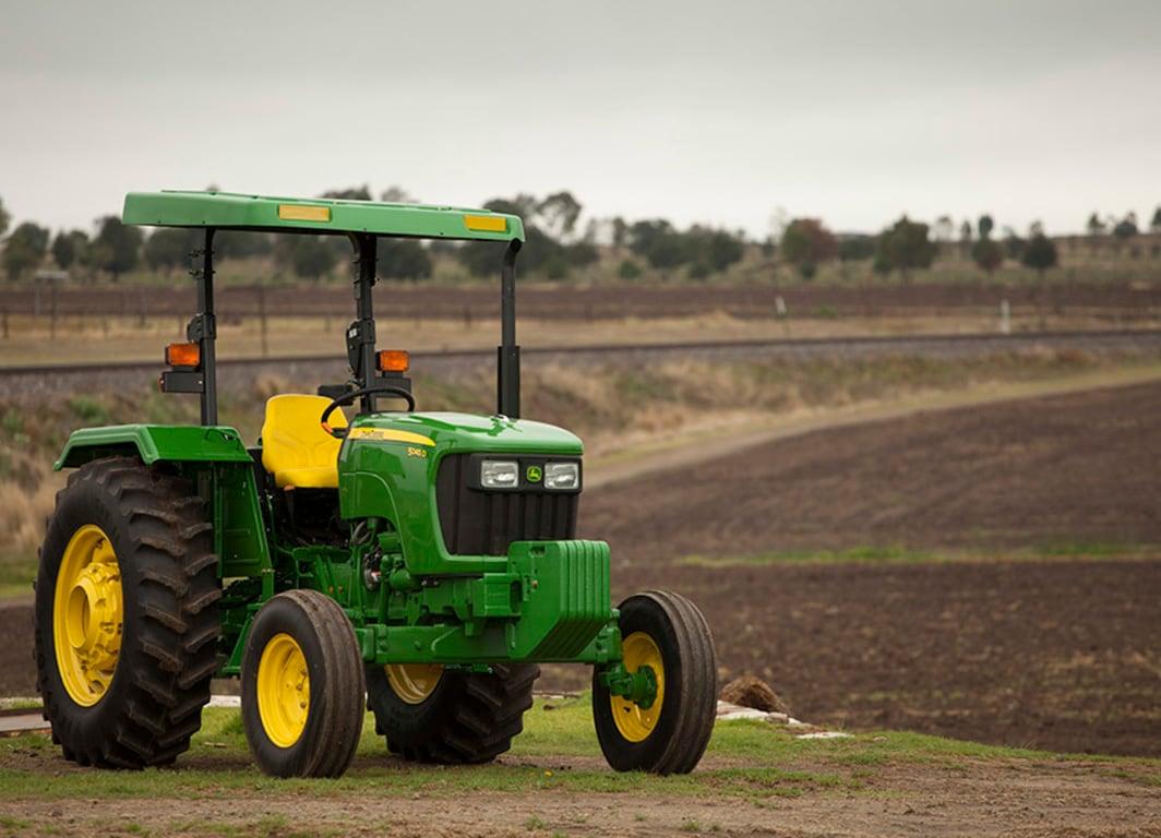 Tractor 5045D en campo.