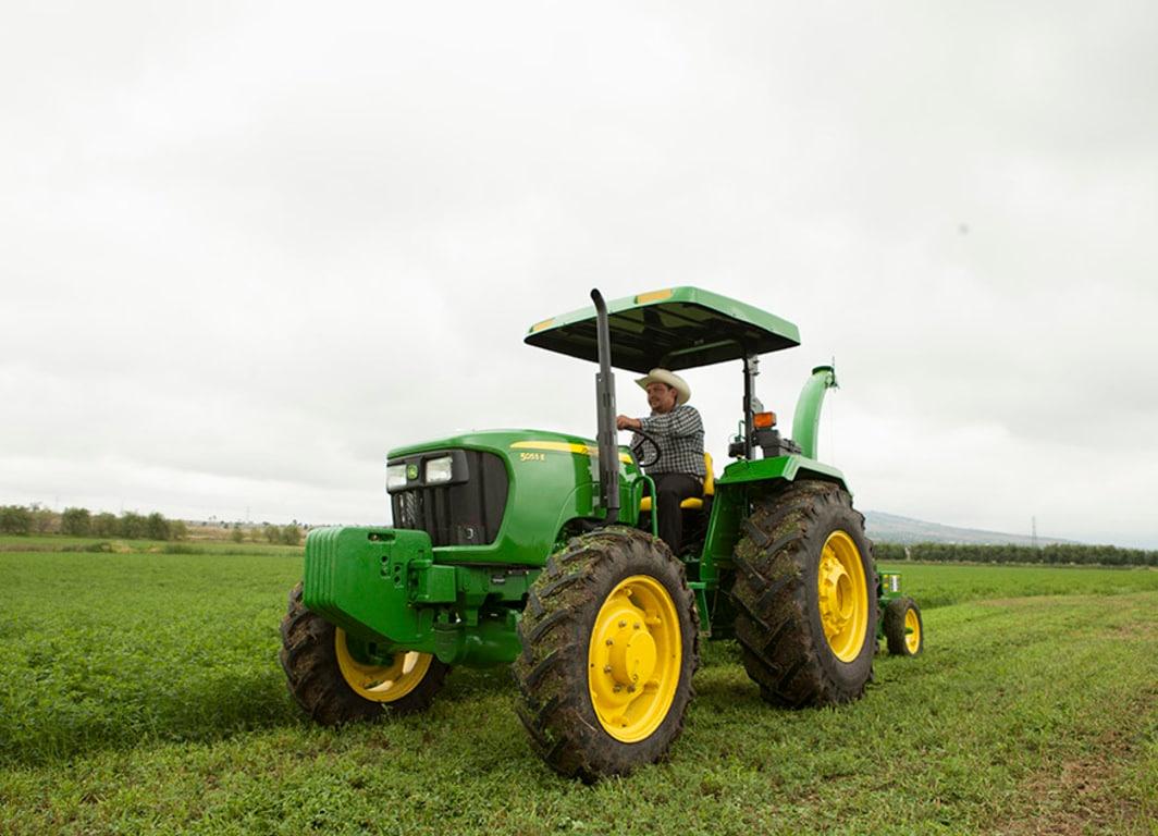 Tractor 5055E en el campo.