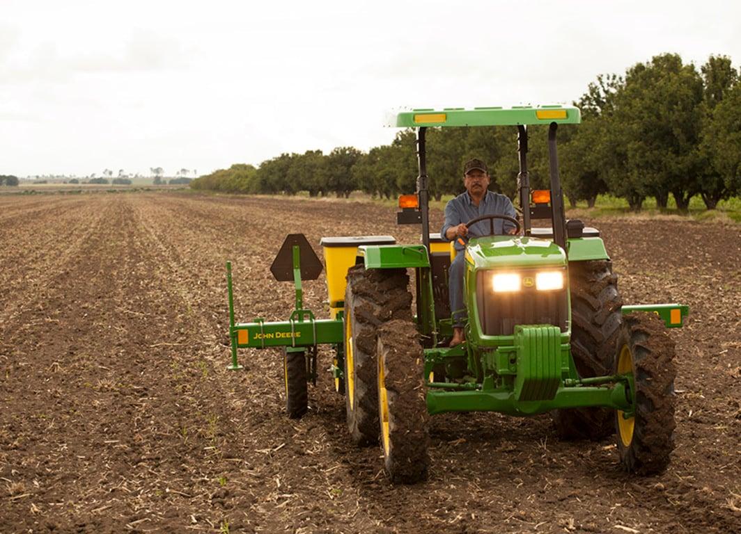 Tractor utilitario 5055E en el campo.