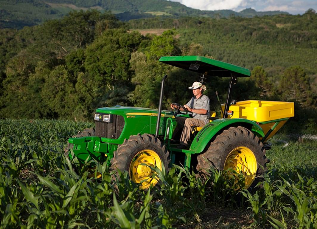 Tractor 5075E en el campo.