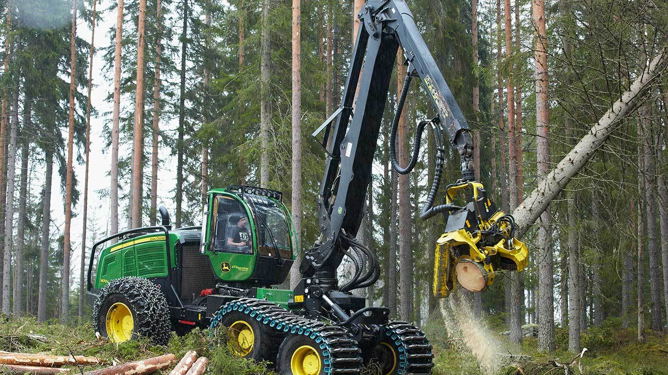 John Deere 1470G wheeled harvester with CH9 boom is felling a tree.