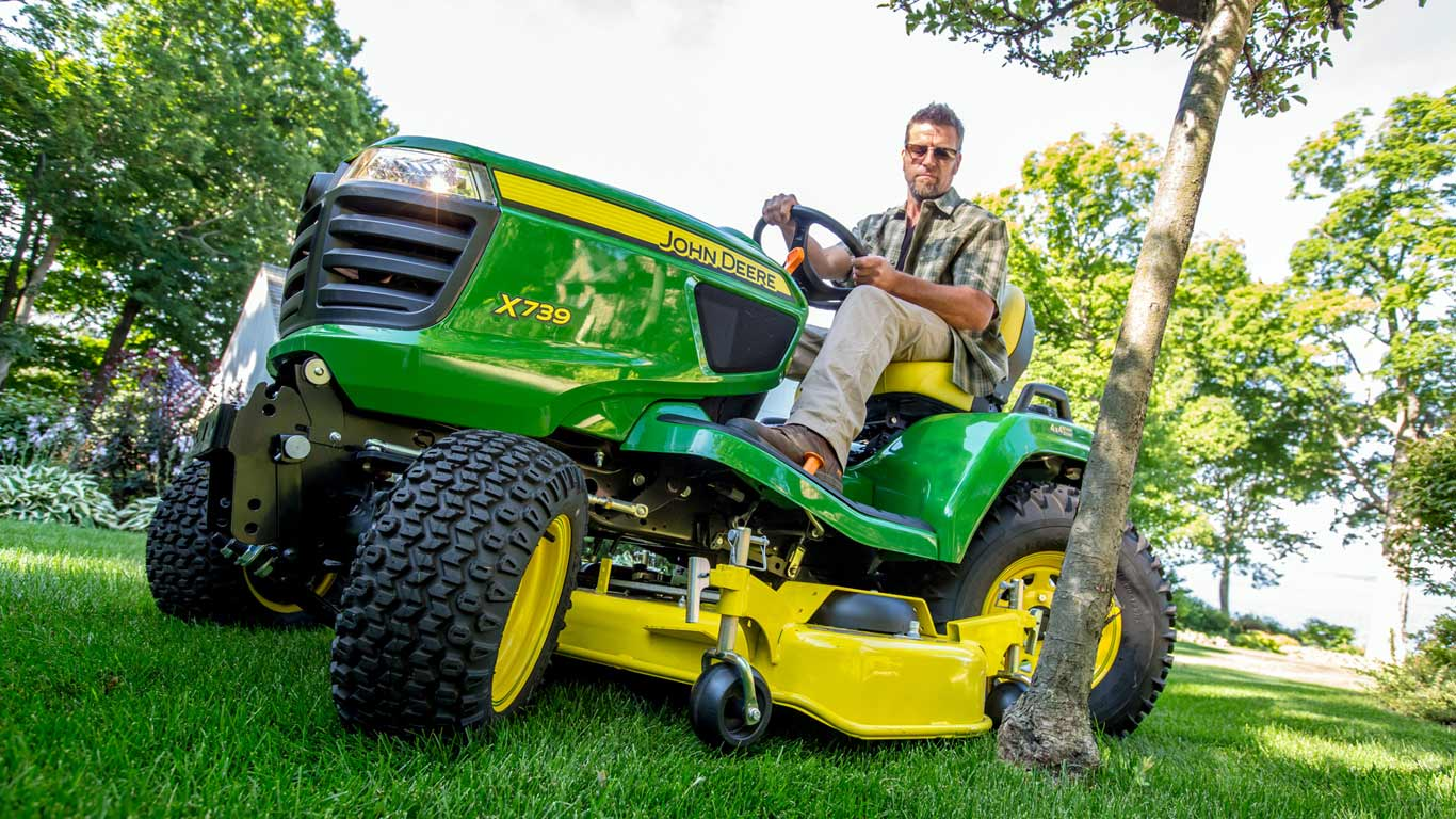 John Deere X700 Series Lawn Tractor