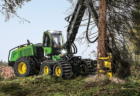 1470G Wheeled Harvester chopping down a tree in the forest